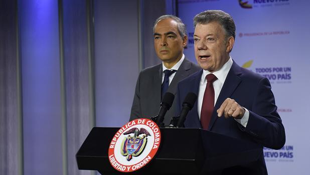 El presidente de Colombia, Juan Manuel Santos, junto al alto comisionado para la paz, Rodrigo Rivera