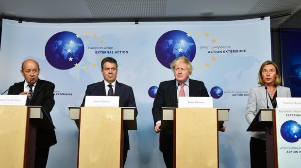 Los responsables de Exteriores francés, Jean-Yves Le Drian; alemán, Sigmar Gabriel; británico, Boris Johnson, y de la UE, Federica Mogherini, tras reunirse con el iraní Mohamed Zarif en Bruselas