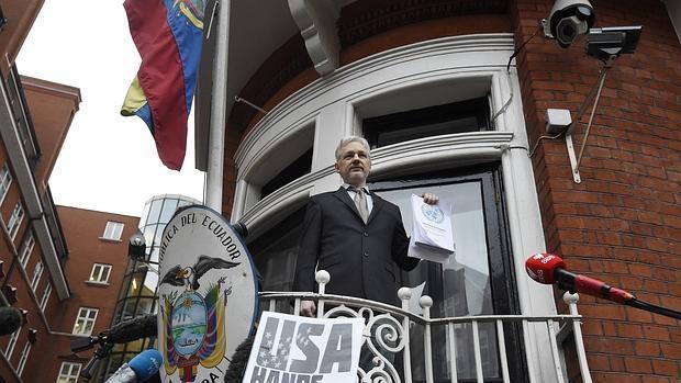 Julián Assange, en el balcón de la embajada de Ecuador en Londres
