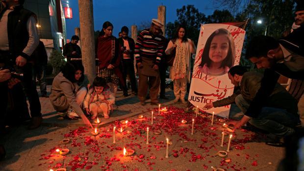 Ciudadanos encienden velas en Pakistán para condenar la violación y muerte de Zainab Ansari