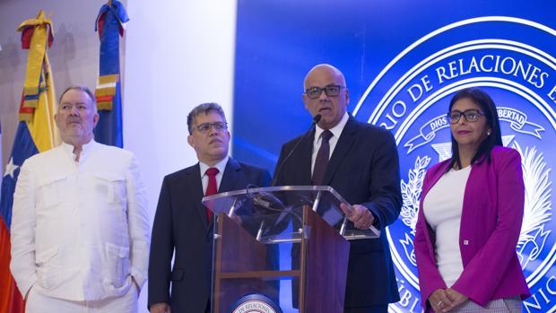 El ministro venezolano de Comunicación y Cultura, Jorge Rodríguez (2d), habla junto al exembajador, Roy Chaderton (i); la presidenta de la oficialista Asamblea Nacional Constituyente (ANC), Delcy Rodríguez (d); y el ministro venezolano de Educación, Elías Jaua (2i)