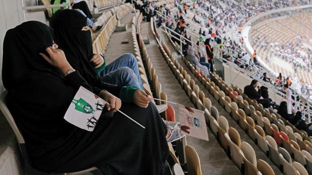 Dos mujeres saudíes acuden a un partido de fútbol en la ciudad de Yeda