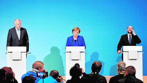 De izquierda a derecha, el líder del CDU de Baviera, Horst Seehofer,; la canciller Merkel, y el líder del SPD, Martin Schulz
