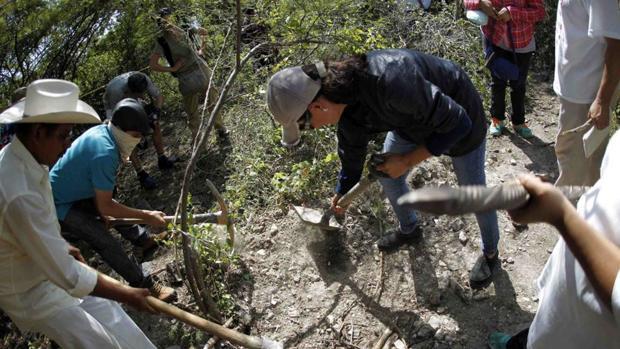 Familiares de desaparecidos excavan buscando restos en el estado de Guerrero