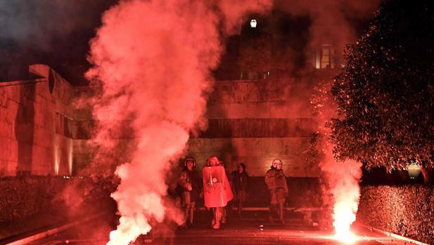 La policia intenta repeler las protestas frente al Parlamento griego, en Atenas