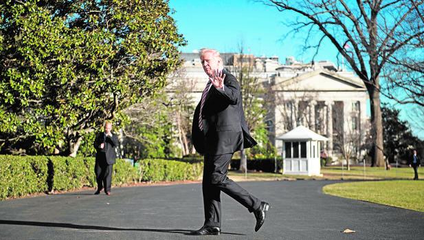 El presidente Trump, en las inmediaciones de la Casa Blanca