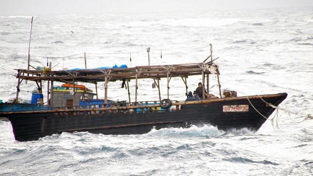 Imagen de archivo de un barco norcoreano de madera a la deriva