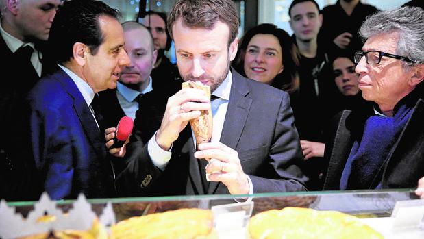Emmanuel Macron, en una visita en 2016 a una panadería en París