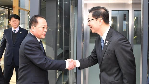 El delegado jefe de Corea del Norte Jon Jong-su (izq.) saluda a su homólogo surcoreano Chun Hae-sung