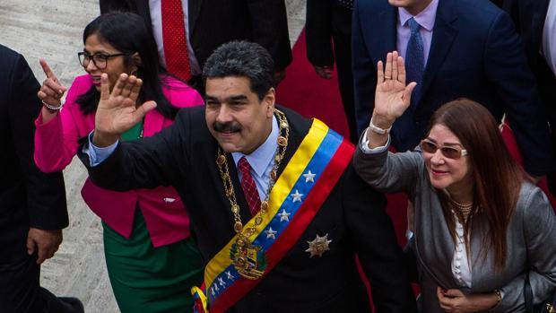 El presidente de Venezuela, Nicolás Maduro (c), asiste a una sesión de la Asamblea Nacional Constituyente (ANC) junto a la primera dama Cilia Flores (d) y la presidenta de la ANC, Delcy Rodríguez (i)