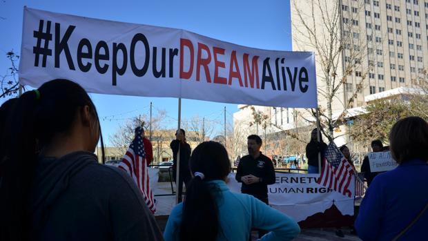 Un grupo de manifestantes se reúnen en El Paso, Texas (Estados Unidos) hoy, sábado 13 de enero de 2018, para protestar en contra de la desprotección legal en la que se encuentran miles de «soñadores»