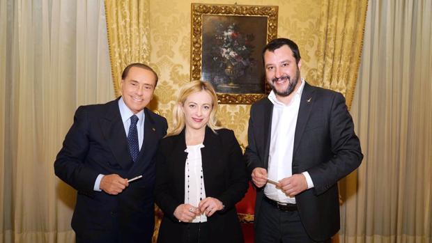 El ex primer ministro italiano y líder del partido de centro derecha Forza Italia, Silvio Berlusconi posa con Matteo Salvini, secretario general del partido de extrema derecha italiano Lega Nord y Giorgia Meloni, líder de Fratelli d'Italia