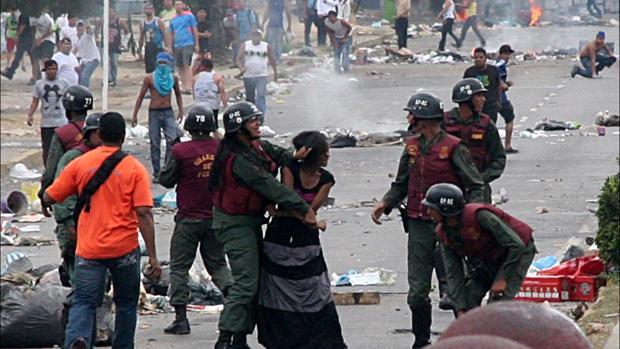 Represión de una manifestación en un barrio de Caracas