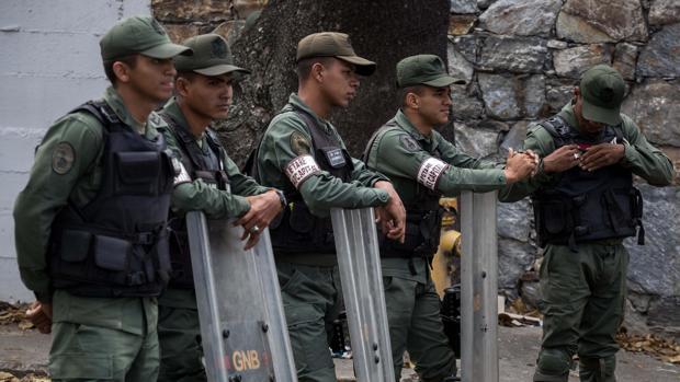 Miembros de la Guardia Nacional Bolivariana custodian las inmediaciones de la morgue este viernes en Caracas