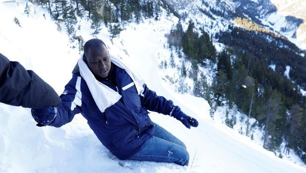 Un emigrante de Guinea, en su travesía en los Alpes para cruzar de Italia a Francia