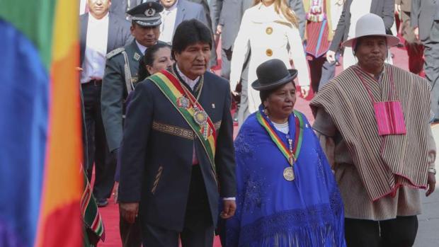 Evo Morales, con diputados y senadores indígenas, camina hacia la salida del Palacio de Gobierno, este lunes en La Paz