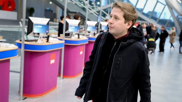Kevin Kühnert, líder juvenil en el SPD alemán, a su llegada al congreso de este fin de semana