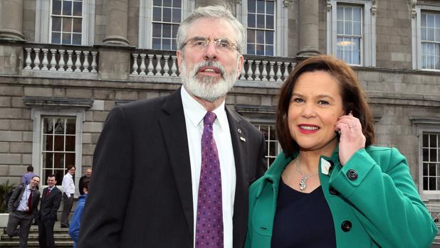 Gerry Adams y Mary Lou McDonald, en una imagen de 2016 en el exterior del Parlamento irlandés