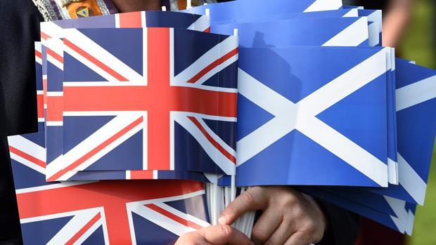 Banderas británica y escocesa en un acto en contra de la ruptura del Reino Unido en 2014