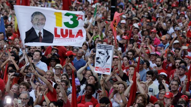 Simpatizantes de Lula en un mitin en Porto Alegre