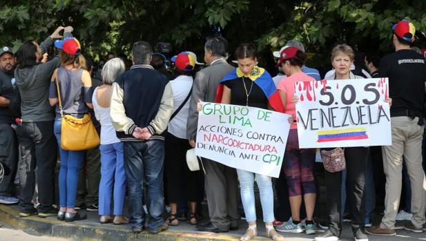 Venezolanos residentes en Chile se manifiestan contra Maduro junto al hotel de Santiago donde el martes se reunió el Grupo de Lima