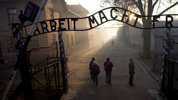 «El trabajo os hará librfes», en la entrada de Auschwitz