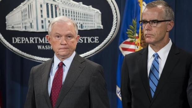 Jeff Sessions, fiscal general, y Andrew McCabe (d), hasta ahora número dos del FBI, durante una rueda de prensa el pasado julio en Washington
