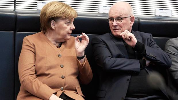 Angela Merkel, con el jefe del grupo parlamentario CDU, Volker Kauder, al inicio de la reunión del partido