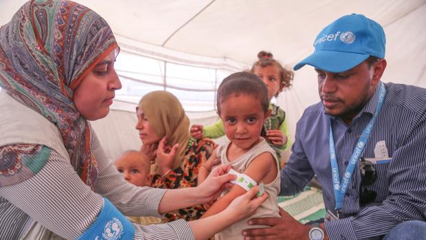 Médicos de Unicef controlan el nivel de desnutrición de una niña en un campo de refugiados en el norte de Siria