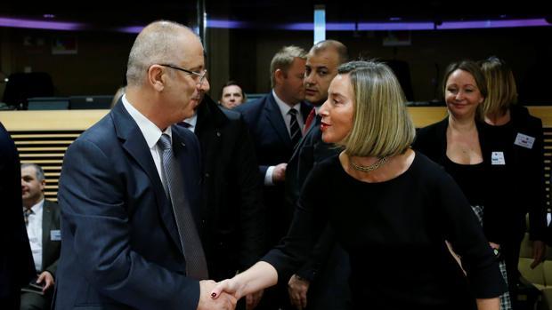 Federica Mogherini estrecha la mano del «premier» palestino hoy en Bruselas