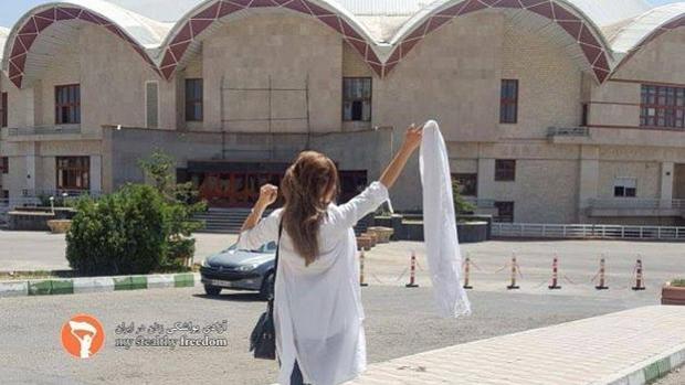 Una mujer se quita el velo blanco en señal de protesta contra la ley islámica en Irán