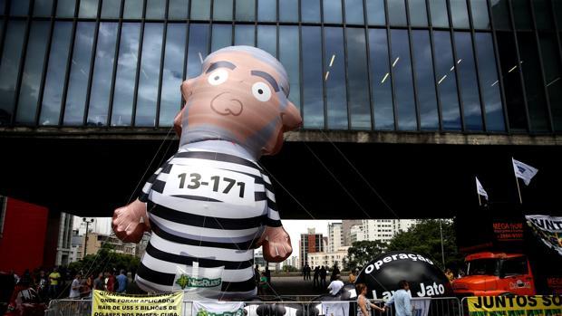 Manifestación contra Lula en Sao Paulo, mostrado al exmandatario vestido de presidiario