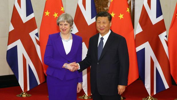 La «premier» británica, Theresa May, con el presidente chino Xi JInping, hoy en Pekín
