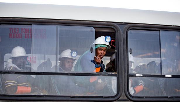 Un autobús traslada a los mineros rescatados en la mina Beatrix en Welkom (Sudáfrica)