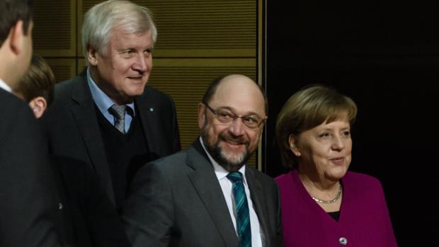 Merkel, Shulz y Horst Seehofer (líder de la CSU) ayer en Berlín