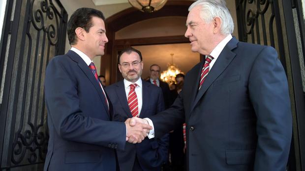Peña Nieto y Tillerson se saludan en el momento de su encuentro