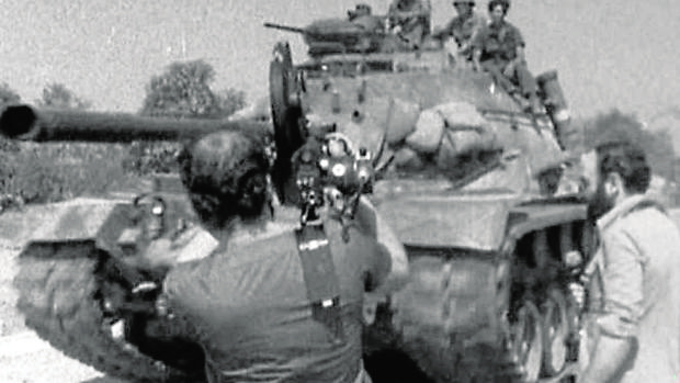 Diego Carcedo, a la derecha durante la cobertura de la Guerra de Vietnam