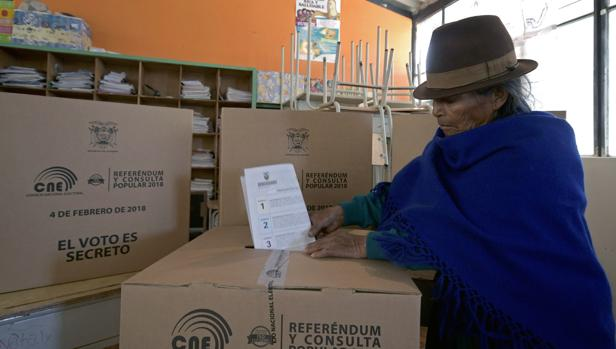 Una nativa de Cangahua, al noreste de Quito, vota en la consulta convocada por Lenín Moreno en Ecuador