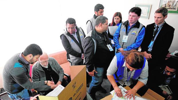 Miembros del Consejo Electoral recogen el voto adelantado de un enfermo en Quito