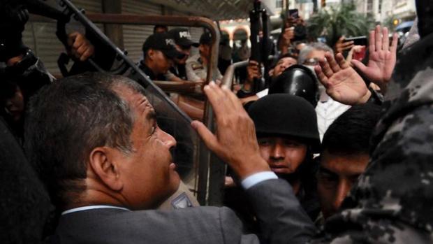 El expresidente ecuatoriano Rafael Correa ingresa en la Fiscalía para dar testimonio del caso de una venta de petróleo anticipada a China durante su mandato, este lunes en Guayaquil