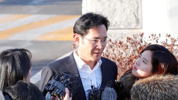 Periodistas rodean al heredero y máximo responsable de facto del grupo Samsung, Lee Jae-yong, a su salida del Centro de Detenciones de Seúl (Corea del Sur)