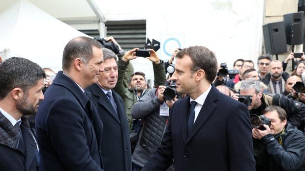 El presidente francés Emmanuel Macron saluda al líder del Consejo Ejecutivo corso, Gilles Simeoni