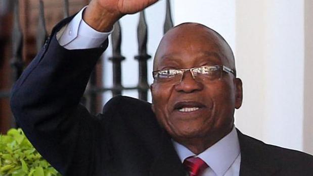 El presidente Jacob Zuma abandona el Parlamento tras el anuncio de que se pospone el discurso del Estado de la Nación, este martes en Ciudad del Cabo