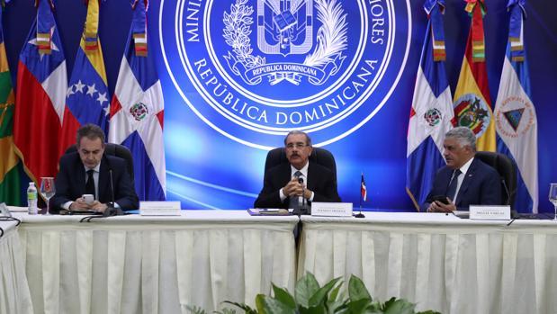 El presidente Medina, flanqueado por su canciller, Vargas, y Rodríguez Zapatero