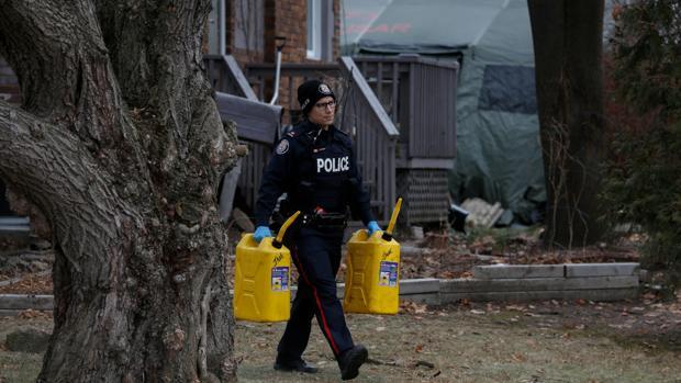La Policía inspecciona la casa del asesino en serie