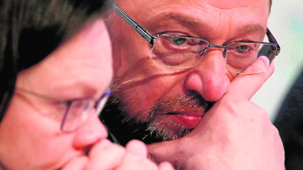 Martin Shulz y la jefa del SPD en el Parlamento, Andrea Nahles, en una reunión del partido ayer en Bonn