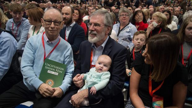 Gerry Adams, con un bebé en los brazo, hoy durante la asamblea extraordinaria