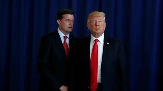 Rob Porter (izquierda), junto al presidente Trump