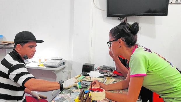El venezolano José Alvarado compra joyas de compatriotas desesperados en la frontera con Colombia