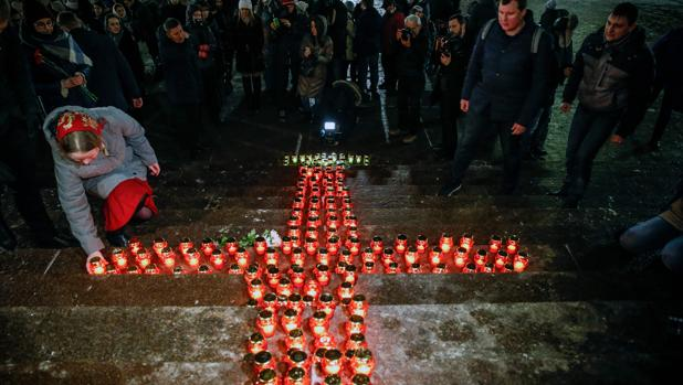 Vigilia en Moscú por las víctimas del accidente del Antónov-148, este domingo